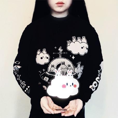 Анимация У девушки над руками облачко с кроликами, by yoyothericecorpse