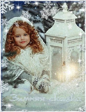 Анимация Девочка сидит на снегу, рядом горит свеча в подсвечнике на фоне падающих снежинок и природы (Зимняя сказка)