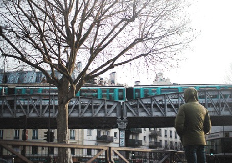 Анимация Парень смотрит на проходящий поезд