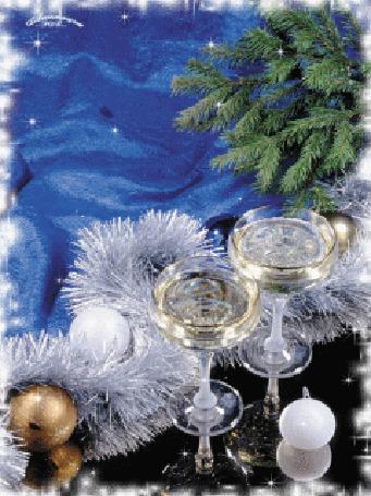 Анимация Бокалы шампанского и мишура возле елки на столе в новый год