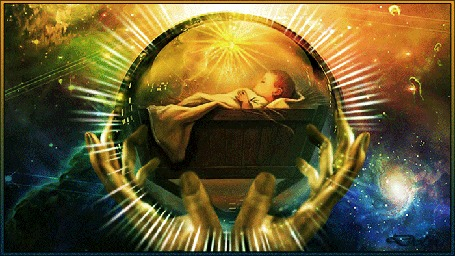 Анимация На фоне вселенной руки держат земной шар с Иисусом в яслях, от которого исходят лучи
