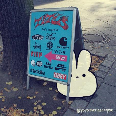 Анимация Белый рисованный кролик под стойкой с рекламой, by yoyothericecorpse