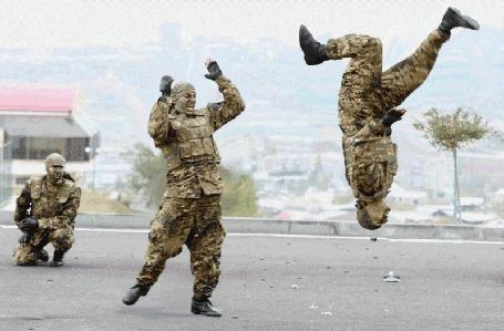 Анимация Фотомонтаж смешно танцующих солдат в камуфляже