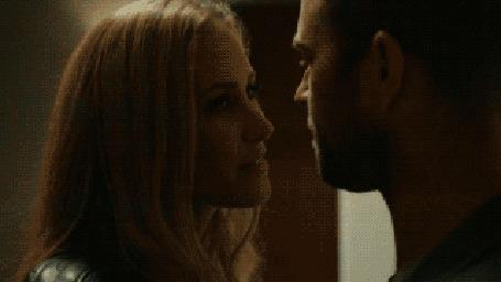 Анимация Парень с девушкой целуются
