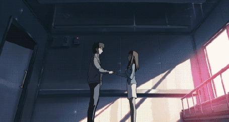 Анимация Хироки Фудзисава / Hiroki Fujisawa и Саюри Саватари / Sayuri Sawatari держатся за руки, стоя на фоне вспышки, кадры из аниме За облаками / Kumo no Mukou, Yakusoku no Basho