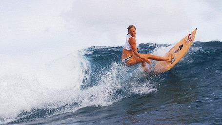 Анимация Девушка на серфинге на воде