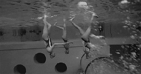 Анимация Девушки занимаются синхронным плаванием
