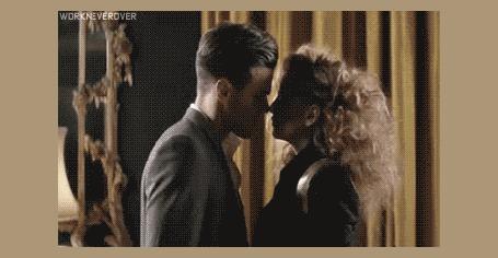 Анимация Девушка страстно целует мужчину