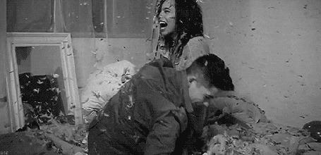 Анимация Мужчина с девушкой на постели борются подушками