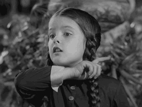 Анимация Девочка проводит рукой по шее своей, имитируя отсекание головы, фильм Семейка Аддамс