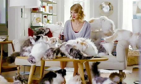 Анимация Американская кантри-поп-исполнительница, автор песен и актриса Тейлор Свифт / Taylor Swift с бутылкой кока-колы в руке сидит в комнате в окружении кошек