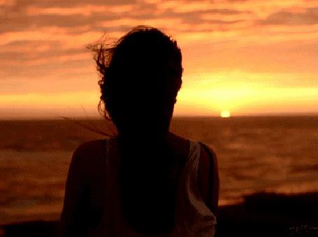 Анимация Девушка стоит у нам спиной на фоне заката