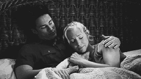Анимация Парень с девушкой на постели, кадры из фильма Дневники вампира