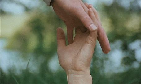 Анимация Руки влюбленного мужчины и влюбленной девушки воссоединяются вместе на фоне красивой природы
