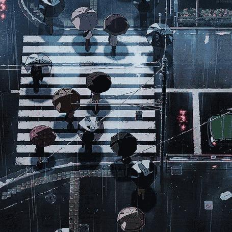 Анимация Люди под зонтами идут по пешеходному переходу под дождем
