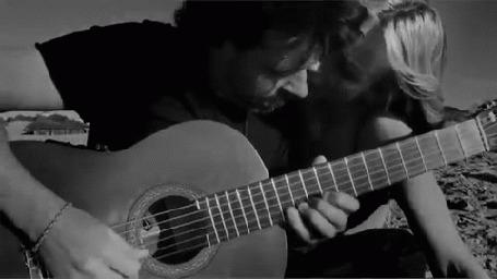 Анимация Парень играет на гитаре, сидя на пляже, рядом с девушкой