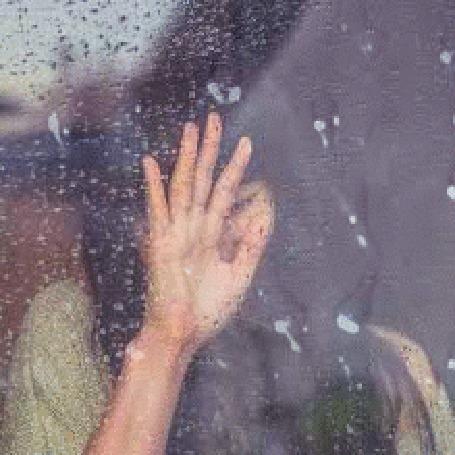 Анимация Девушка держит руку на окне в каплях дождя