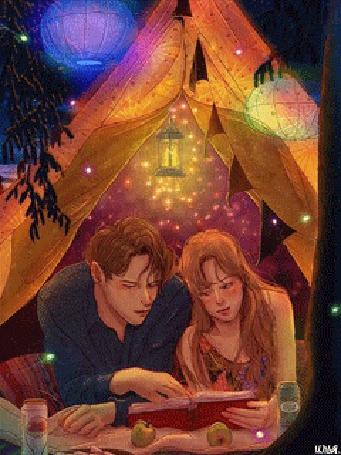 Анимация Под ночным открытым звездным небом, под висящими на ветках деревьев Китайскими фонариками, молодые и юные парень и девушка, лежа в своей уютной палатке, устроив на двоих небольшой пикник, где-то в районе Восточной части Азии, на открытой местности, на природе и очень далеко от цивилизации, читают вдвоем интересную книгу, чтобы как следует расслабиться