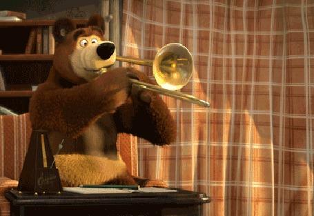Анимация Медведь из мультика Маша и медведь играет на трубе