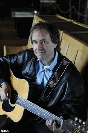 Анимация Ирландский певец и музыкант Крис Де Бург, сидя где-то на скамейке с гитарой в руках, поет свою песню по нее