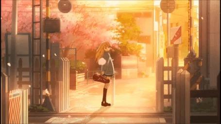 Анимация Каори Миязоно / Kaori Miyazono из аниме Твоя апрельская ложь / Shigatsu wa Kimi no Uso со скрипкой в футляре стоит под падающими лепестками