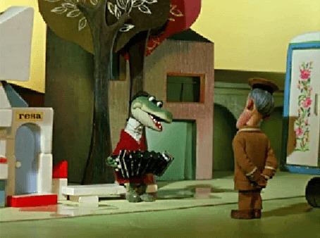 Анимация Крокодил Гена играет на гармошке перед милиционером, мультфильм Чебурашка