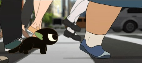 Анимация Черный котенок бредет по дороге среди шагающих людей