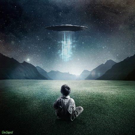Анимация Мальчик смотрит на НЛО испускающее лучи энергии на фоне звездного неба