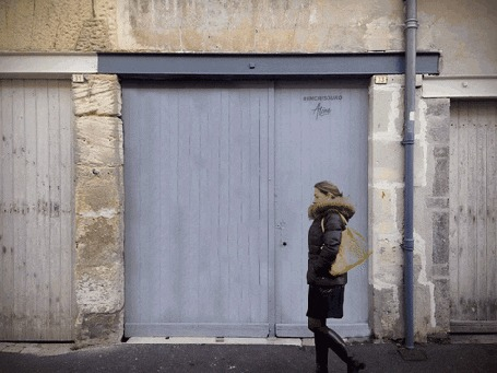 Анимация Лицо парня в крике на фоне ворот сносит в пиксели силуэт девушки
