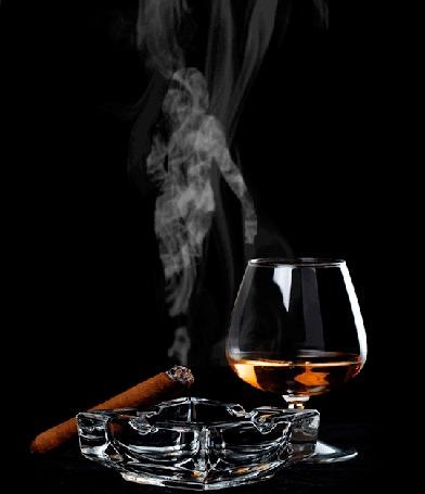 Анимация Бокал с вином, горящая сигара и пепельница на черном фоне
