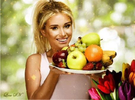 Анимация Блондинка с улыбкой на губах держит в руках тарелку с фруктами на фоне разноцветных тюльпанов, by Dina FN