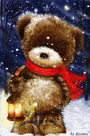 Анимация Медвежонок в красном шарфе держит в лапе фонарь на фоне падающего снега, by dixinox