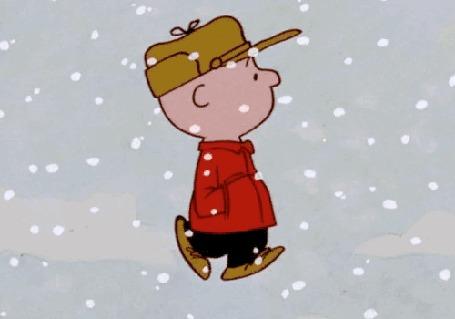 Анимация Мужчина в красном пальто и фуражке бежит под падающим снегом