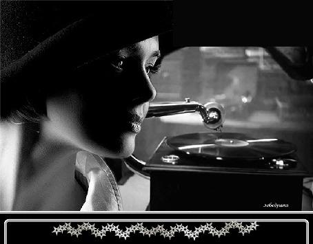 Анимация Девушка в шляпе на фоне играющего патефона с пластинкой, by лебедушка