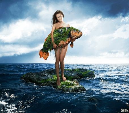 Анимация Обнаженная девушка с большой рыбой в руках стоит на островке посередине моря