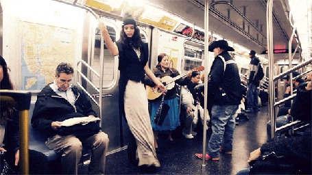 Анимация Девушка в длинном платье танцует в вагоне метро