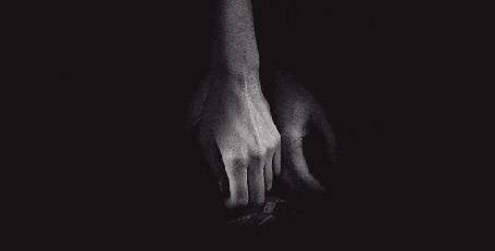 Анимация Парень берет руку девушки